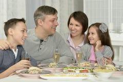 Gelukkige familie die diner heeft royalty-vrije stock afbeelding