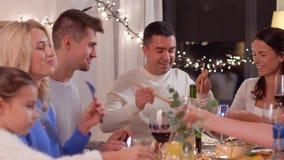 Gelukkige familie die dinerpartij hebben thuis stock videobeelden