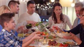 Gelukkige familie die dinerpartij hebben thuis stock footage