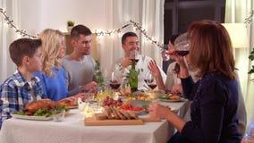 Gelukkige familie die dinerpartij hebben thuis stock video