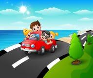 Gelukkige familie die een auto in de kustweg berijden vector illustratie