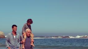 Gelukkige familie die een gang hebben stock footage
