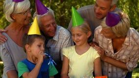 Gelukkige familie die een verjaardag in park vieren stock videobeelden