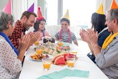 Gelukkige familie die een verjaardag viert royalty-vrije stock afbeelding
