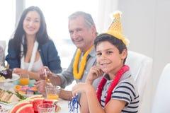 Gelukkige familie die een verjaardag viert royalty-vrije stock foto