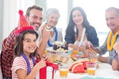 Gelukkige familie die een verjaardag viert royalty-vrije stock afbeeldingen