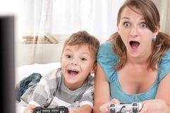 Gelukkige familie die een videospelletje speelt Royalty-vrije Stock Afbeeldingen