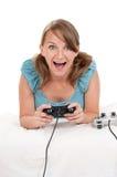 Gelukkige familie die een videospelletje speelt Stock Afbeeldingen
