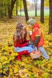 Gelukkige familie die en mandhoogtepunt van appelen glimlachen houden Stock Afbeelding
