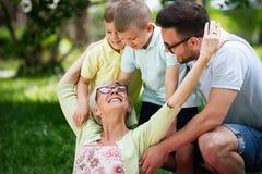 Gelukkige familie die en van picknick met buiten kinderen speelt geniet royalty-vrije stock afbeeldingen