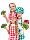 Gelukkige familie die gezonde vegetarische maaltijd voorbereidt royalty-vrije stock foto's