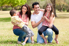 Gelukkige familie die in het park geniet van Royalty-vrije Stock Foto's