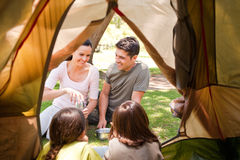 Gelukkige familie die in het park kampeert Stock Foto's