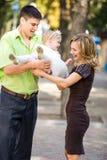 Gelukkige familie die in het park loopt stock afbeelding