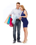 Gelukkige familie die kind met het winkelen zakken verwachten Stock Afbeeldingen