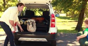 Gelukkige familie die klaar voor wegreis worden stock footage