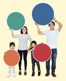 Gelukkige familie die kleurrijke ronde raad houden stock foto