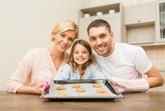 Gelukkige familie die koekjes thuis maken Stock Fotografie