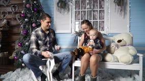 Gelukkige familie die kunstmatige sneeuw werpen stock footage