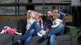 Gelukkige familie die met peutermeisje thuis communiceren stock videobeelden