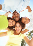 Gelukkige Familie die neer in Camera in Park kijkt royalty-vrije stock foto's