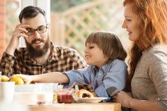 Gelukkige familie die ontbijt eten royalty-vrije stock foto
