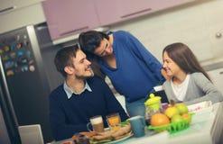 Gelukkige familie die ontbijt heeft samen royalty-vrije stock afbeeldingen