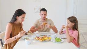 Gelukkige familie die ontbijt samen in keuken hebben stock videobeelden