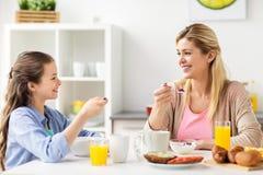 Gelukkige familie die ontbijt thuis keuken hebben royalty-vrije stock foto