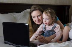 Gelukkige familie die op een beeldverhaal let Royalty-vrije Stock Foto's