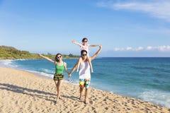 Gelukkige familie die op het strand loopt royalty-vrije stock afbeeldingen