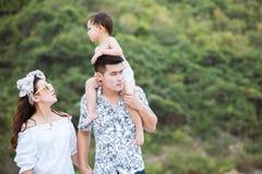 Gelukkige familie die op het strand samen lopen stock foto