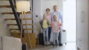 Gelukkige familie die op reis gaan stock video