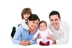 Gelukkige familie die op wit wordt geïsoleerd Stock Afbeelding