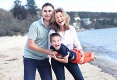 gelukkige familie die in openlucht glimlachen Royalty-vrije Stock Afbeeldingen