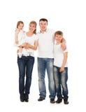 Gelukkige familie die over witte achtergrond wordt geïsoleerd? Royalty-vrije Stock Foto's