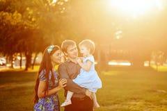 Gelukkige familie die in park loopt royalty-vrije stock foto's