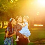 Gelukkige familie die in park loopt stock afbeelding
