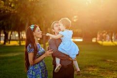 Gelukkige familie die in park loopt royalty-vrije stock afbeelding
