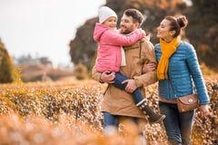 Gelukkige familie die in park loopt stock foto's