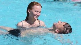 Gelukkige familie die in pool genieten van stock footage