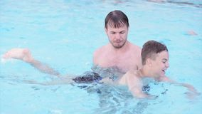 Gelukkige familie die in pool genieten van stock video