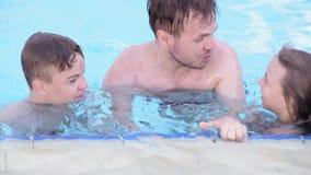 Gelukkige familie die in pool genieten van stock videobeelden