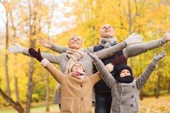 Gelukkige familie die pret in de herfstpark heeft Royalty-vrije Stock Foto