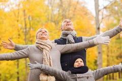 Gelukkige familie die pret in de herfstpark heeft Stock Foto's