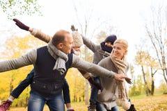 Gelukkige familie die pret in de herfstpark heeft Royalty-vrije Stock Foto's