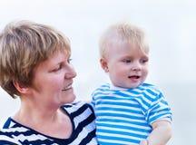 Gelukkige Familie die Pret hebben bij het Strand Stock Foto's