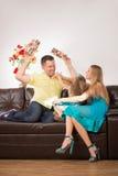 Gelukkige familie die pret hebben en giften geven Stock Afbeeldingen