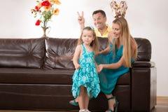 Gelukkige familie die pret hebben en giften geven Stock Foto's