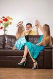 Gelukkige familie die pret hebben en giften geven Stock Fotografie